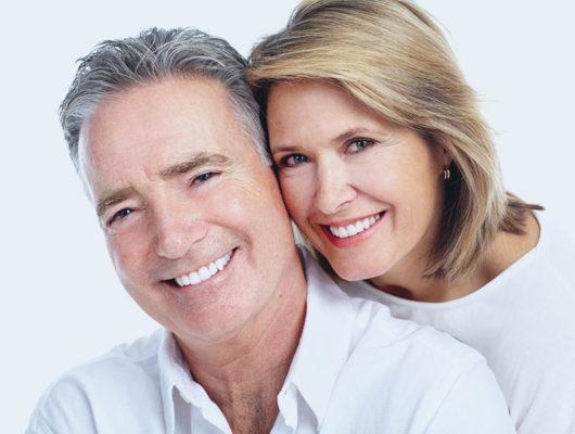 Lachendes Ehepaar mit gesunden Zähnen