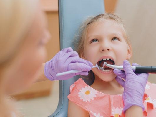 Behandlung eines Kindes in der Zahnarztpraxis Heidelberg