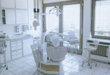 Behandlungsraum mit Stuhl der Zahnarztpraxis in Heidelberg